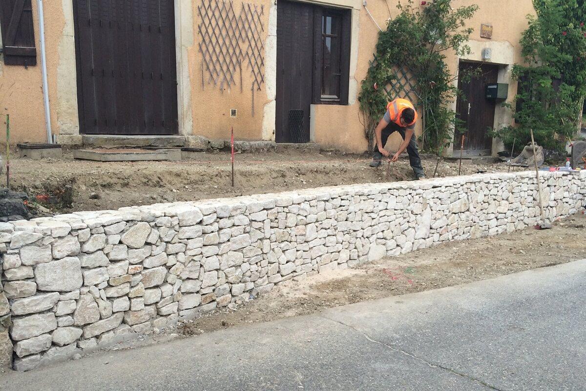 Réalisation mur en pierres sèches