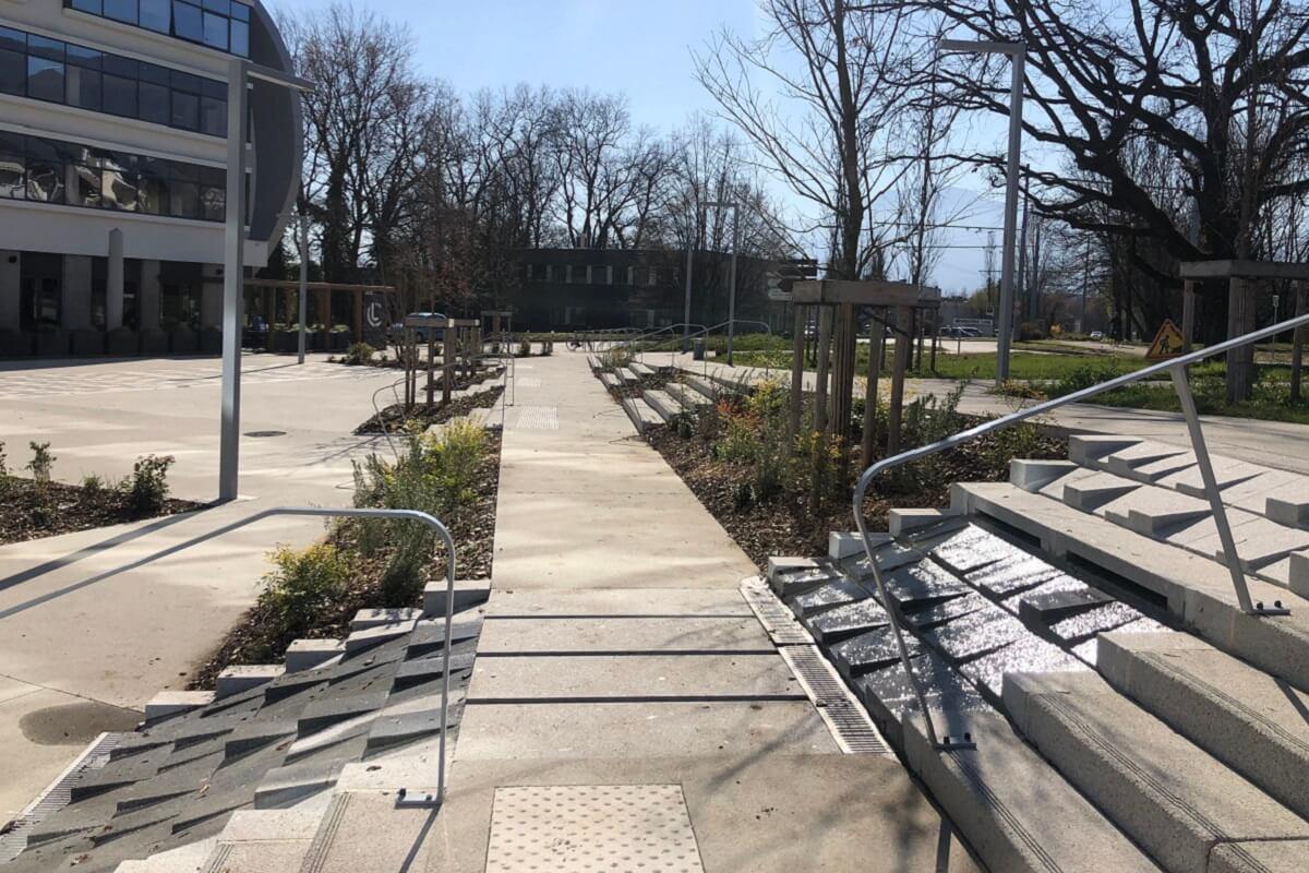 Revêtement béton, emmarchement, espaces verts